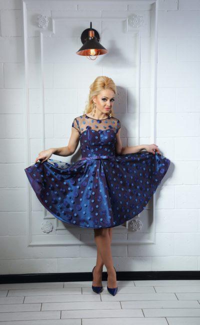 Изящное коктейльное платье с полупрозрачным верхом и крупным глянцевым узором в горошек.