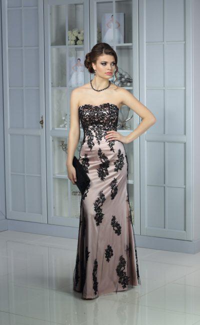 Атласное вечернее платье в серебристых тонах, декорированное черным кружевом.