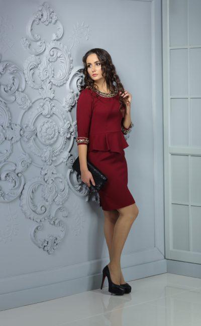 Изящное вечернее платье длины миди с пышной баской и стильным бордовым оттенком ткани.