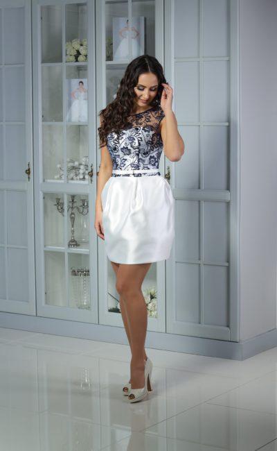 Белое коктейльное платье с пышной атласной юбкой и контрастным кружевным верхом.