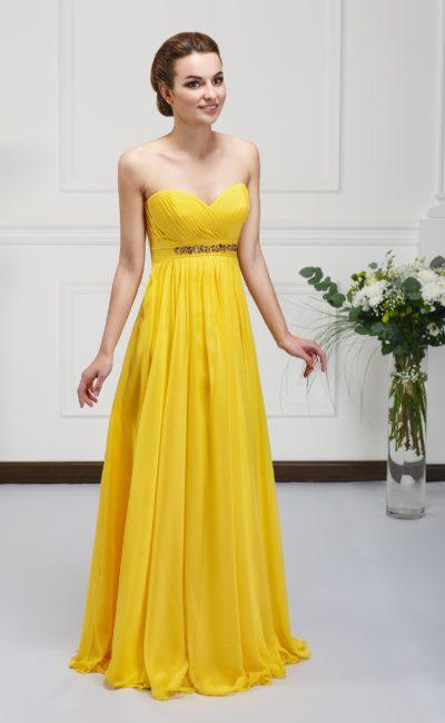 Яркое вечернее платье элегантного А-силуэта с вышивкой по поясу и открытым лифом в форме сердца.