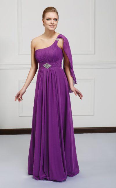 Оригинальное вечернее платье фиолетового цвета с асимметричным верхом и вышивкой на поясе.