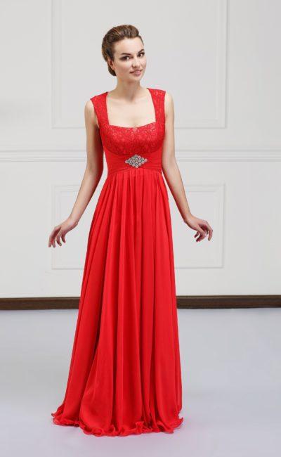 Красное вечернее платье прямого силуэта со слегка завышенной талией.