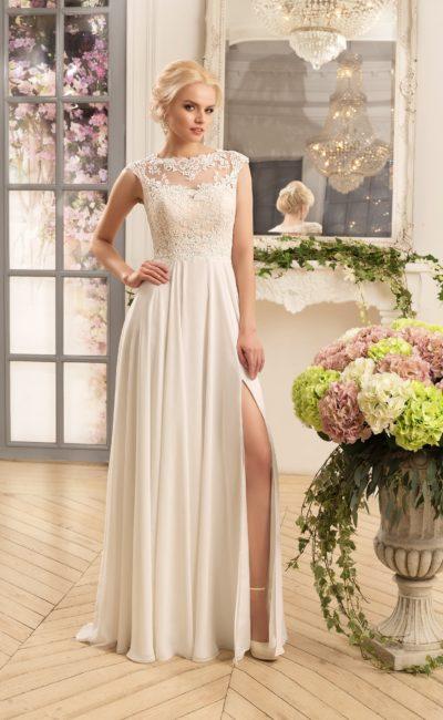 Нежное свадебное платье прямого силуэта с кружевным верхом и высоким разрезом на юбке.