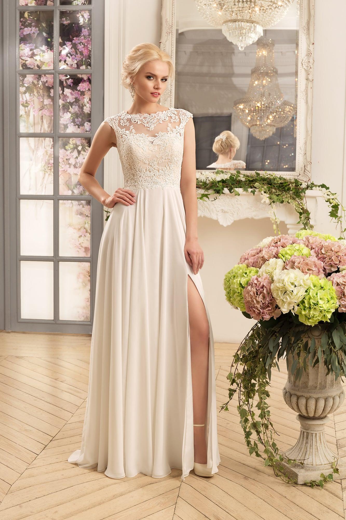 e1cc637b77940f Нежное свадебное платье прямого силуэта с кружевным верхом и высоким  разрезом на юбке.