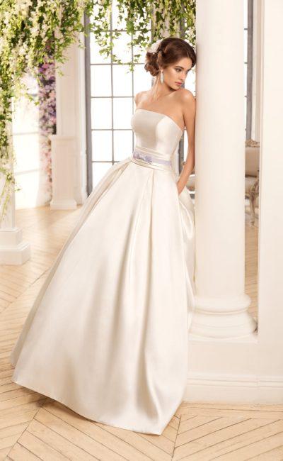 Сдержанное атласное свадебное платье с прямым лифом, дополненным кружевным болеро.