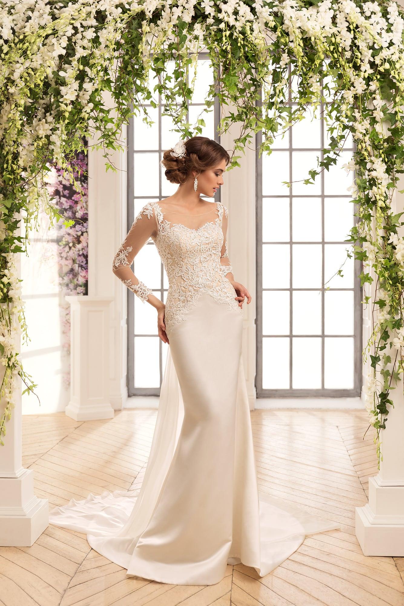 263ef5b81f5f97 Прямое свадебное платье из атласной ткани с элегантным шлейфом и длинными  рукавами.
