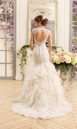 Фактурное свадебное платье «русалочка» с юбкой сложного кроя и кружевным верхом.