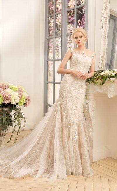 Потрясающее свадебное платье золотистого цвета с открытой спинкой и роскошным шлейфом.