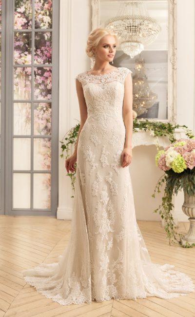 Прямое свадебное платье с великолепной кружевной отделкой по всей длине, дополненное шлейфом.