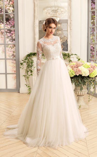 Пышное свадебное платье с узким атласным поясом с бантом и длинными кружевными рукавами.