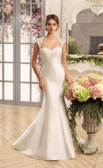 Атласное свадебное платье «русалка» с кружевным верхом и двумя вырезами на спинке.