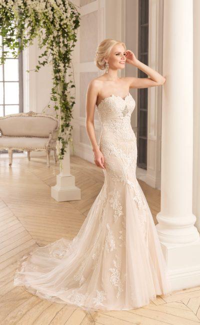 Бежевое свадебное платье «русалка» с открытым лифом-сердечком и декором из кружева.