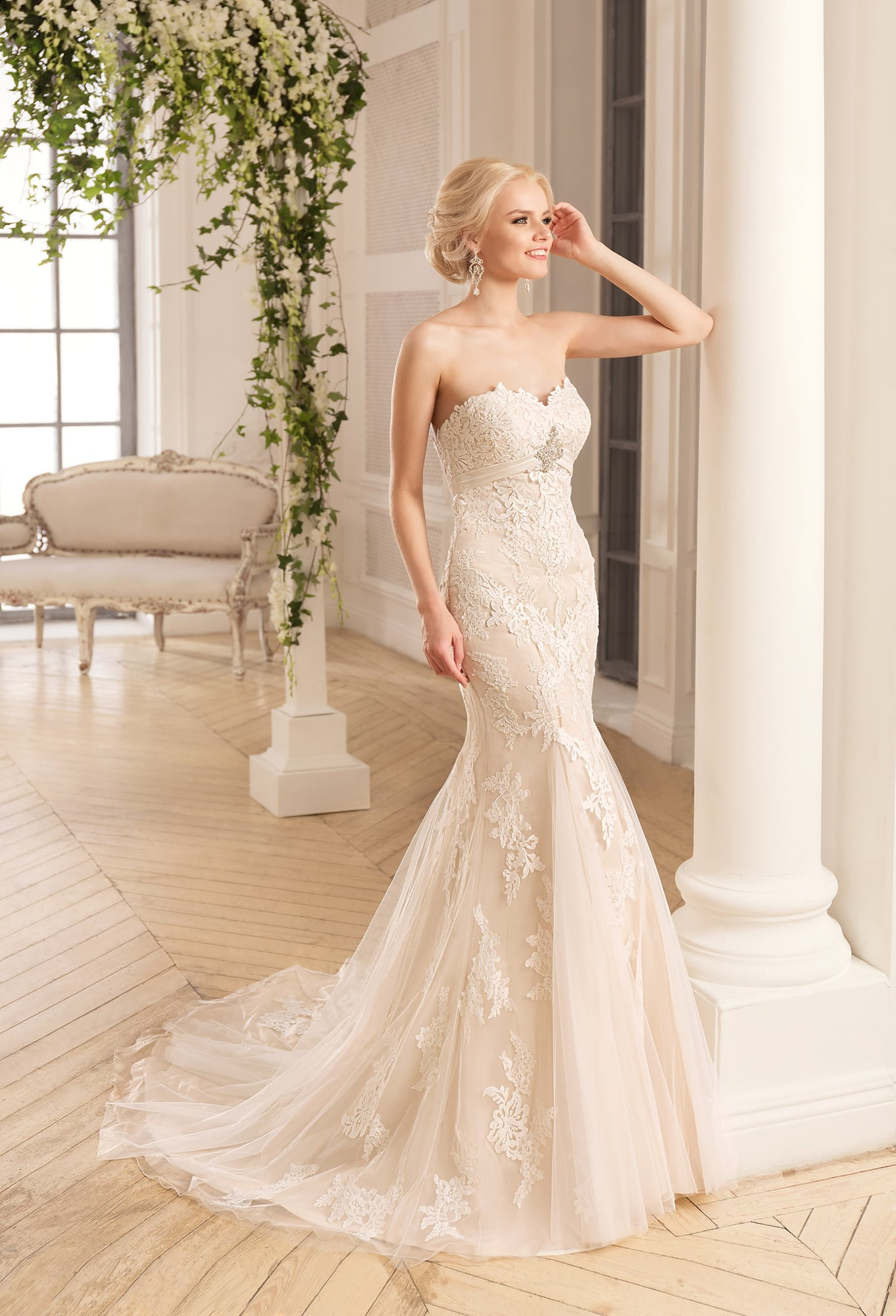 71042bf0ce0699 Бежевое свадебное платье «русалка» с открытым лифом-сердечком и декором из  кружева.