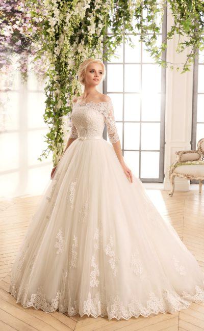 Торжественное свадебное платье с кружевной отделкой лифа и рукавов длиной три четверти.