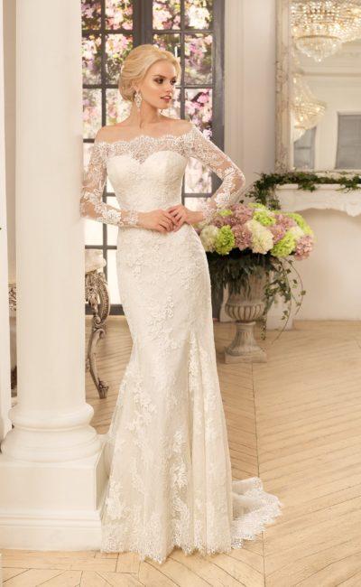 Прямое свадебное платье с соблазнительным портретным декольте, украшенным кружевом.
