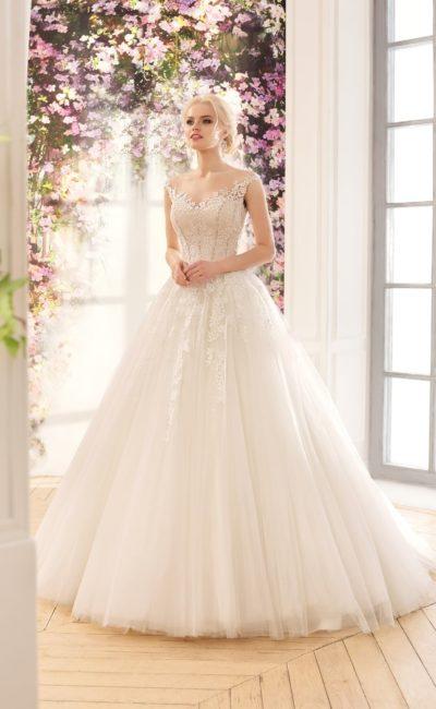 Кружевное свадебное платье с притягательным V-образным декольте и пышной юбкой.