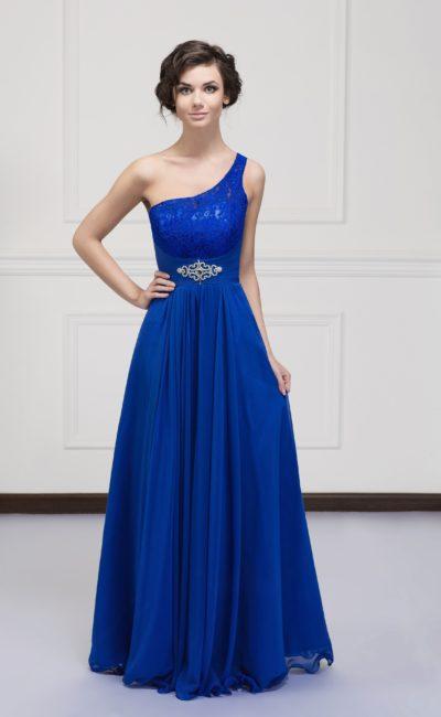 Вечернее платье А-силуэта насыщенного синего цвета с асимметричным лифом.