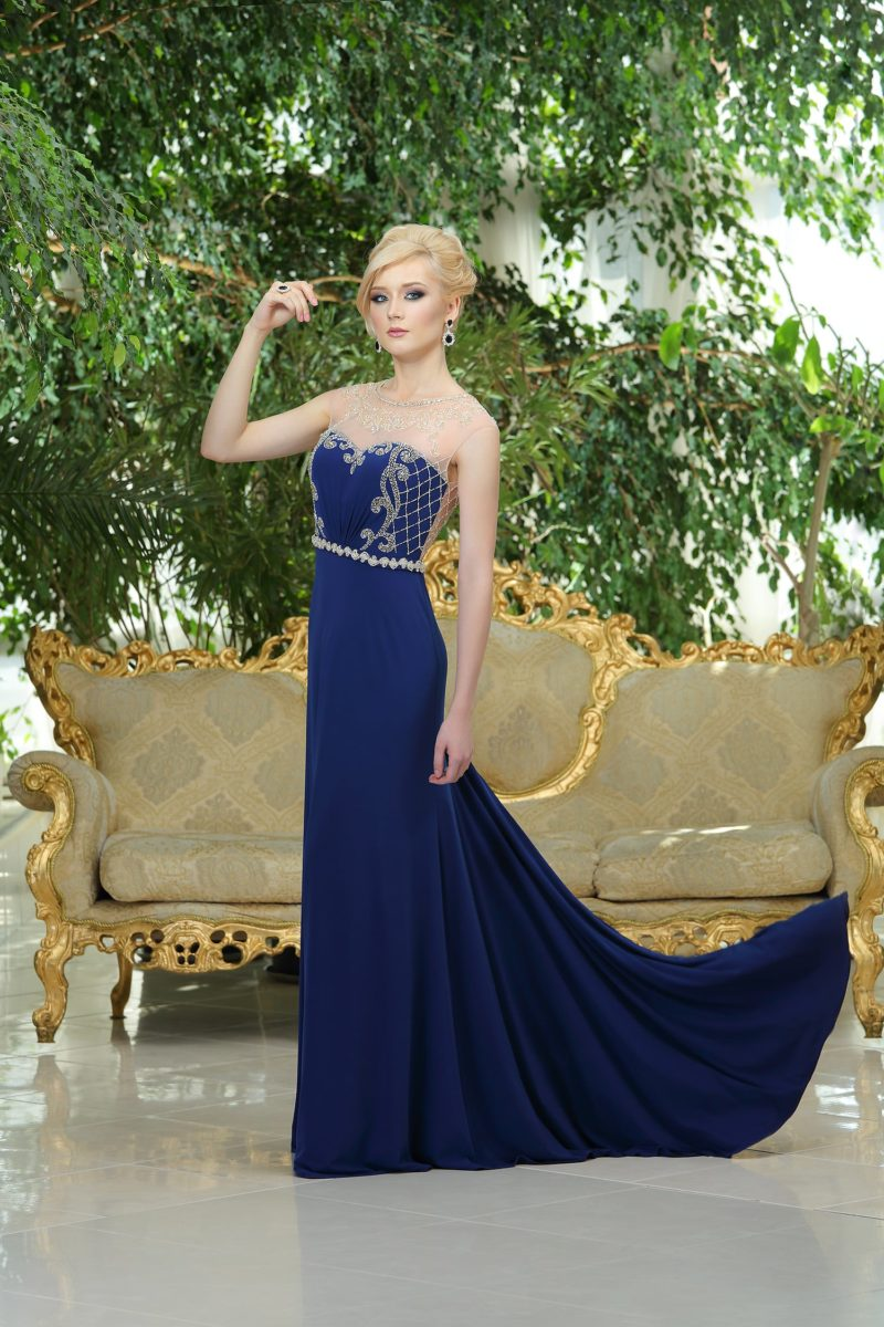 Изысканное вечернее платье прямого кроя, выполненное из синей ткани и украшенное серебристым бисером.