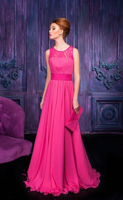 Прямое вечернее платье розового цвета с изящным округлым вырезом декольте.