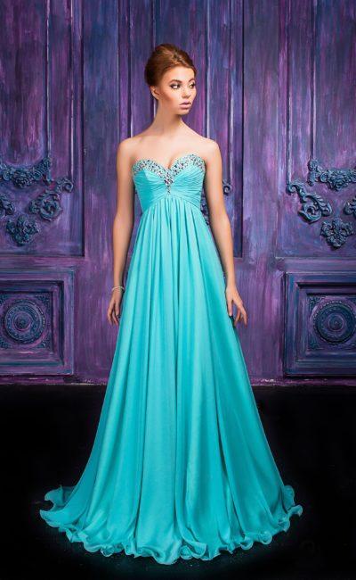 Открытое вечернее платье цвета морской волны с вышивкой серебристыми стразами.