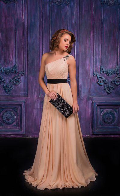 Элегантное вечернее платье кремового цвета с асимметричным лифом.