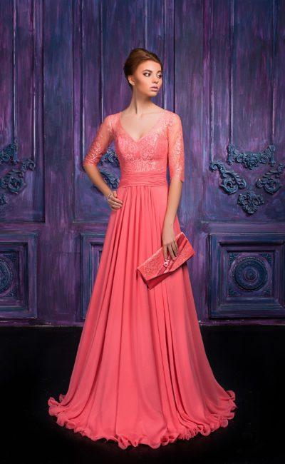 Изящное вечернее платье с V-образным вырезом и кружевными рукавами.