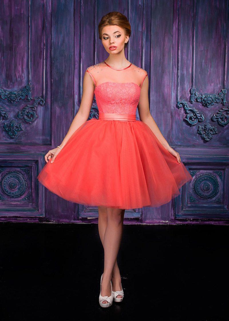Короткое вечернее платье персикового цвета с широким атласным поясом.