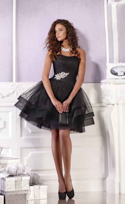 Пышное вечернее платье с деликатным открытым лифом и сияющей бисерной вышивкой.