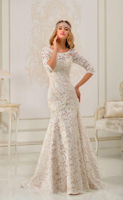 Закрытое свадебное платье «рыбка» с бежевой подкладкой под белым кружевом и рукавами в три четверти.