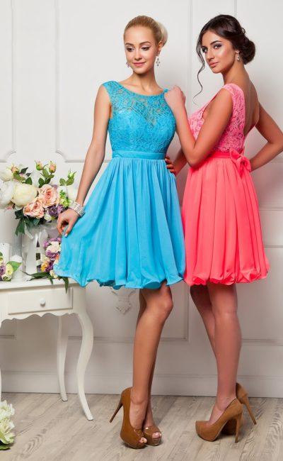Короткое вечернее платье с нежным кружевным декором верха с округлым декольте.