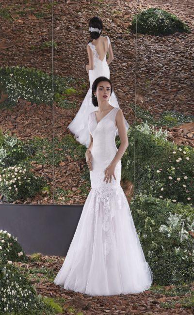 Свадебное платье «русалка» с V-образным декольте и кружевными аппликациями по подолу.