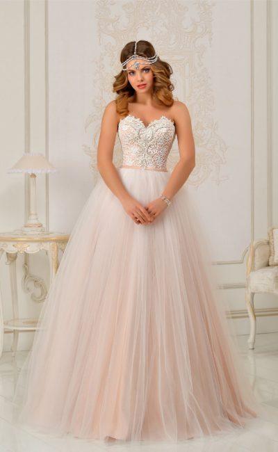 Романтичное свадебное платье с многослойной персиковой юбкой и кружевным декором верха.