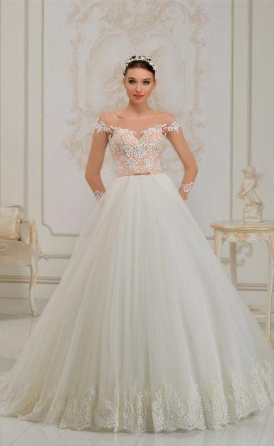 Пышное свадебное платье с персикового цвета корсетом и атласным поясом на талии.
