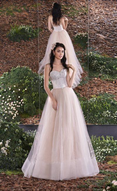 Открытое свадебное платье со сверкающим декором корсета и многослойной розовой юбкой.