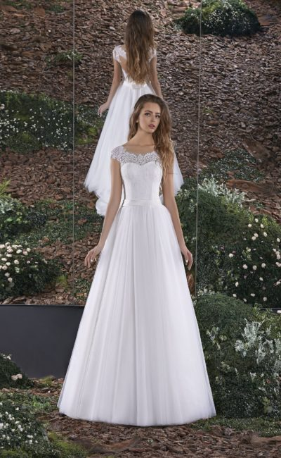 Кружевное свадебное платье кроя «трапеция» с полупрозрачной вставкой на спинке.