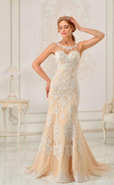 Свадебное платье «рыбка» персикового цвета, роскошно украшенное белым кружевом по всей длине.