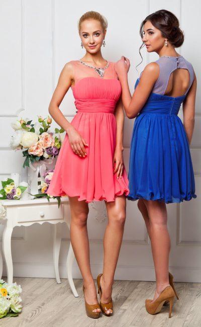 Стильное вечернее платье с короткой юбкой, широким поясом и полупрозрачным декором верха.