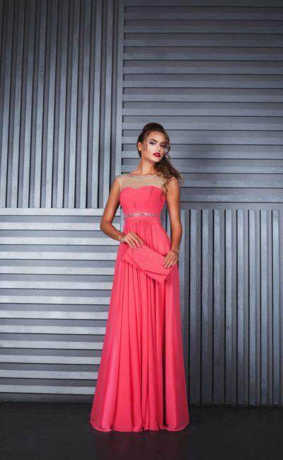 Розовое вечернее платье прямого кроя с полупрозрачной вставкой над лифом.