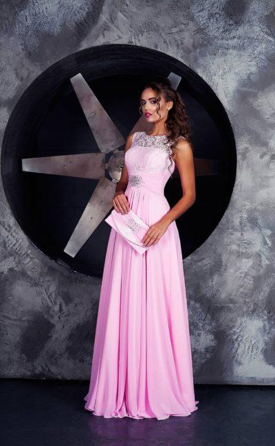Романтичное вечернее платье фиалкового оттенка с закрытым кружевным верхом.