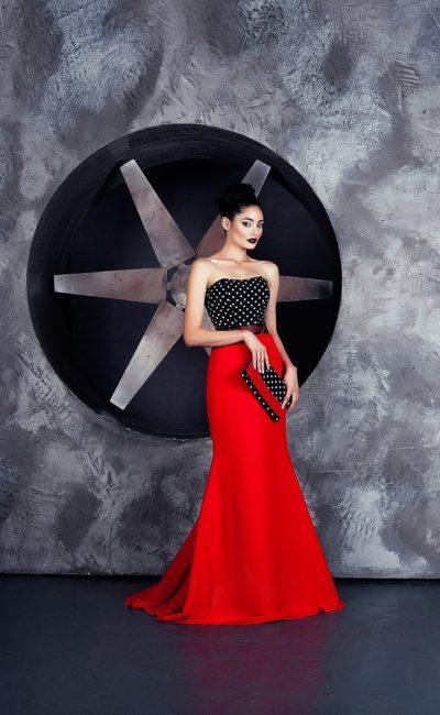 Вечернее платье с яркой алой юбкой из атласа и черным открытым лифом.