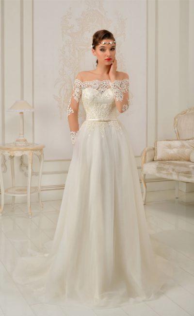 Стильное свадебное платье с кружевным портретным декольте и облегающим атласным корсетом.
