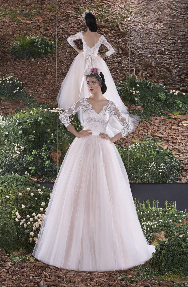 Потрясающее свадебное платье с пышной розовой юбкой и V-образным декольте.