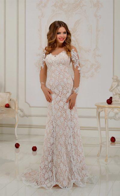 Фактурное свадебное платье прямого кроя с бежевой подкладкой и плотным кружевным декором.