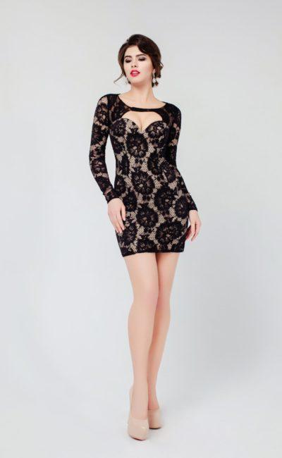 Соблазнительное вечернее платье с юбкой до середины бедра, покрытое черным кружевом.