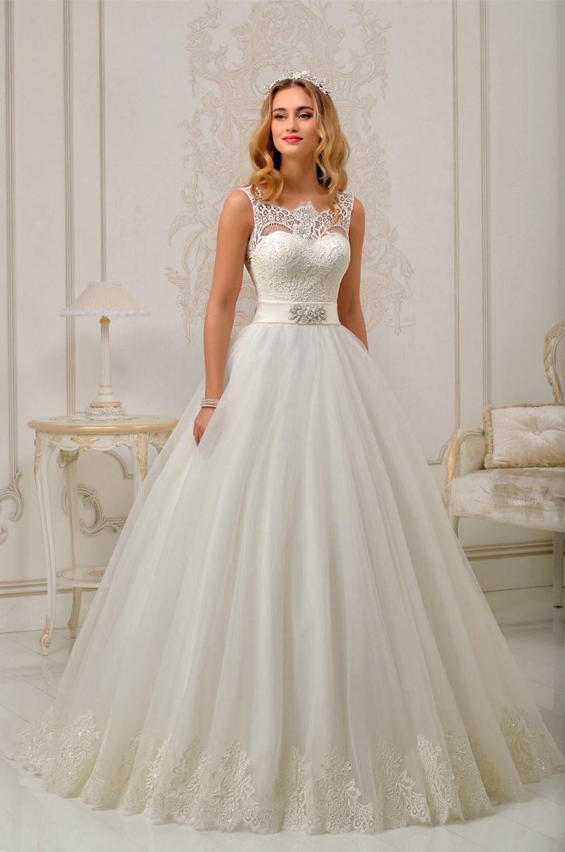 Торжественное свадебное платье с открытой спинкой и широким атласным поясом с вышивкой.