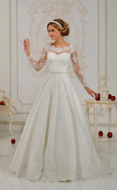 Жемчужное свадебное платье «принцесса» с атласным бантом на спинке и прозрачным длинным рукавом.