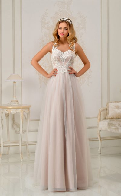 Нежное свадебное платье розового цвета с оригинальной кружевной спинкой.
