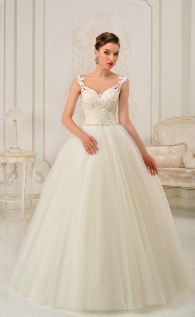 Пышное свадебное платье с открытым корсетом с лифом в форме сердца, дополненным кружевными бретелями.