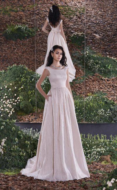 Лаконичное свадебное платье прямого кроя с округлым декольте на спинке и элегантным лифом.